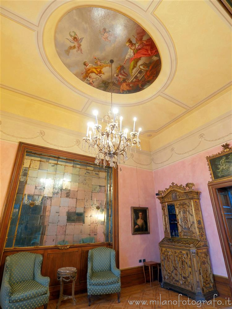 Milan (Italy) - Residenza Vignale - pink hall