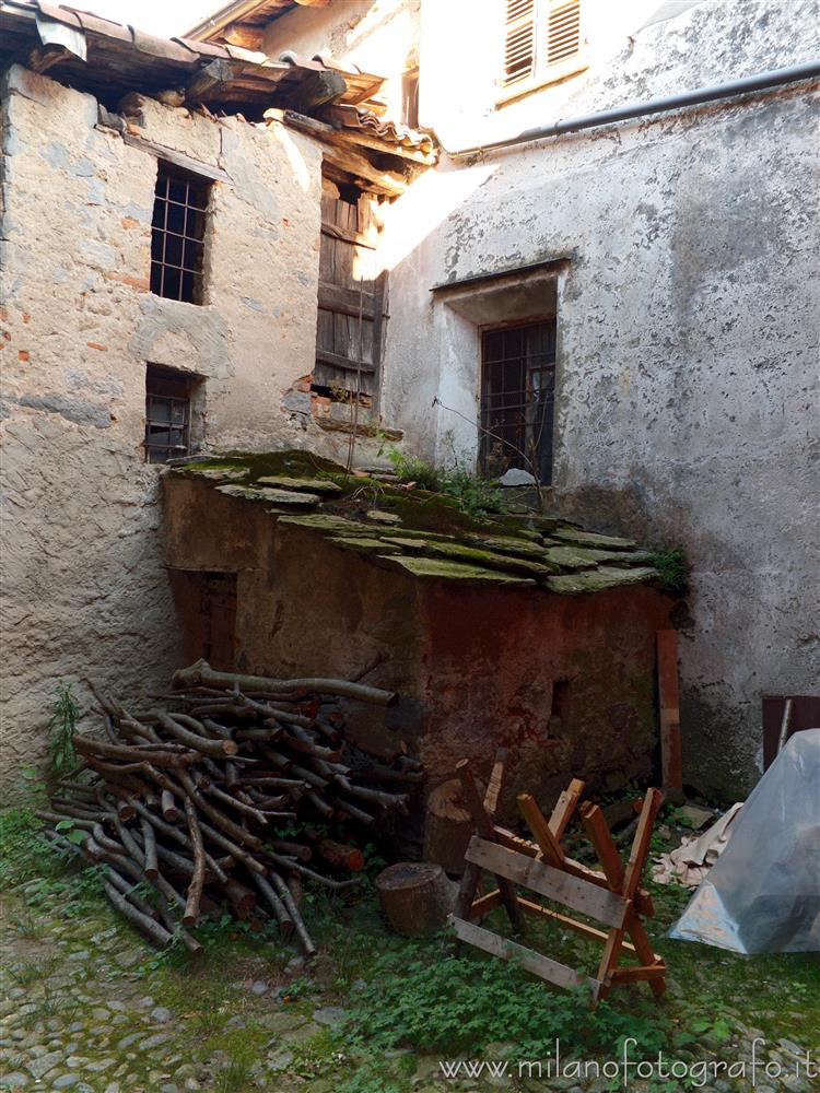Passobreve fraction of Sagliano Micca (Biella, Italy) - External storage room between the old houses of the village.
