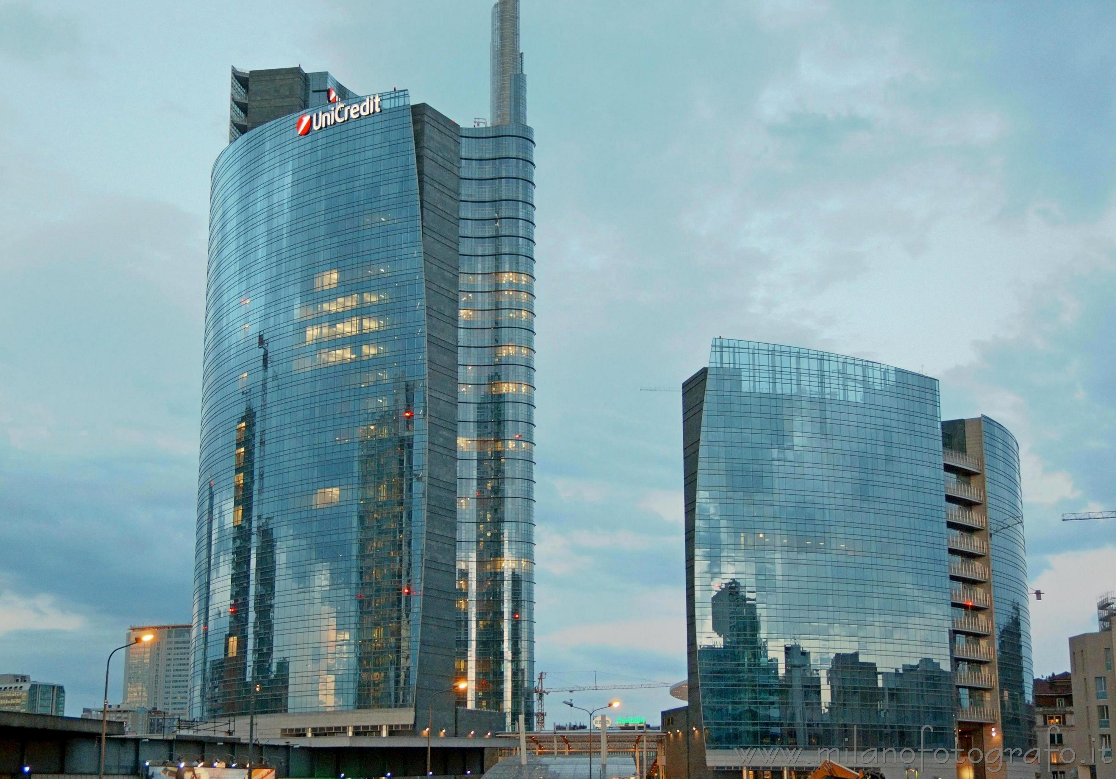 Milan italy the cloudy sky reflected on the unicredit for I nuovi grattacieli di milano