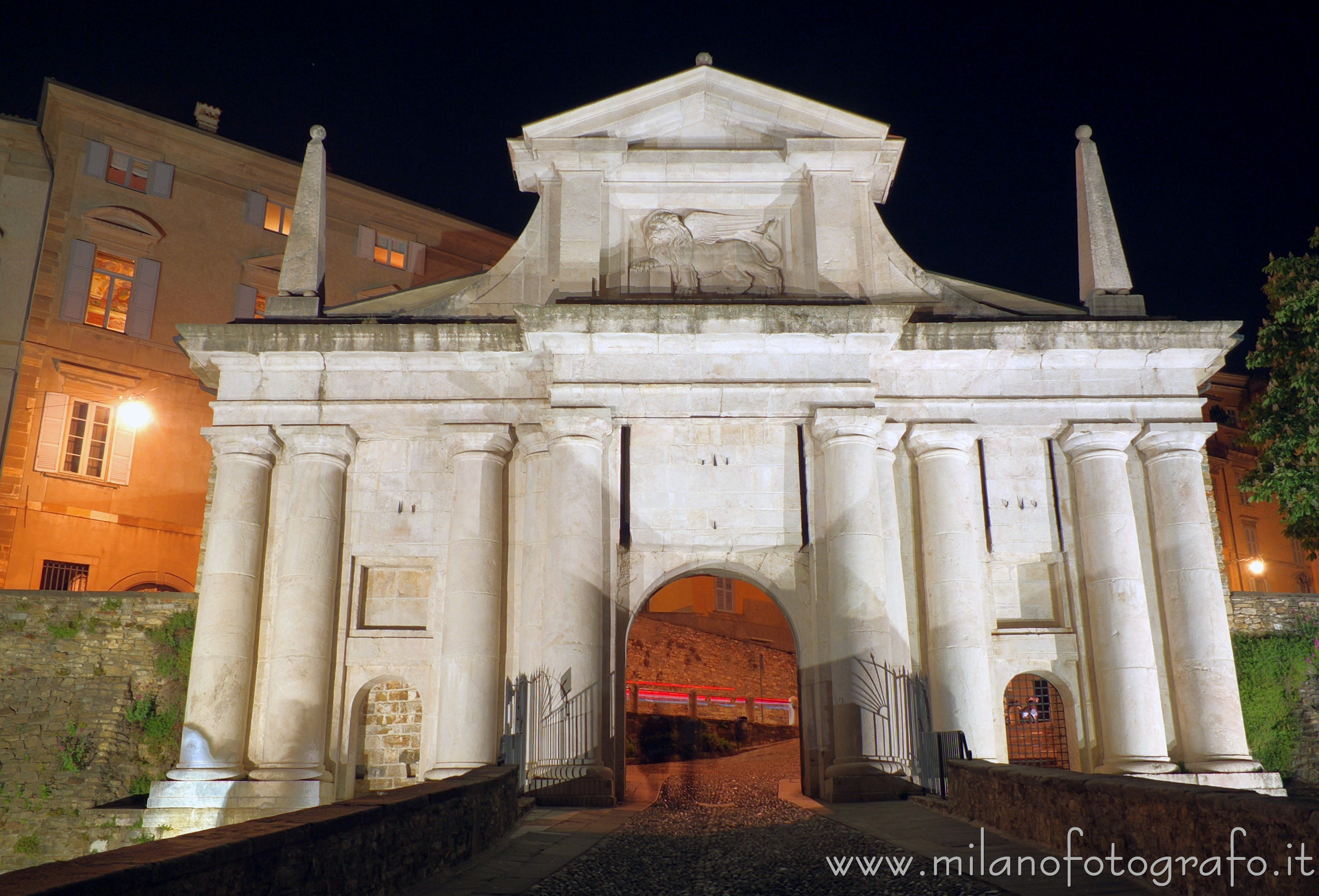 Bergamo (Italy): Gate Saint James by night - Bergamo (Italy)