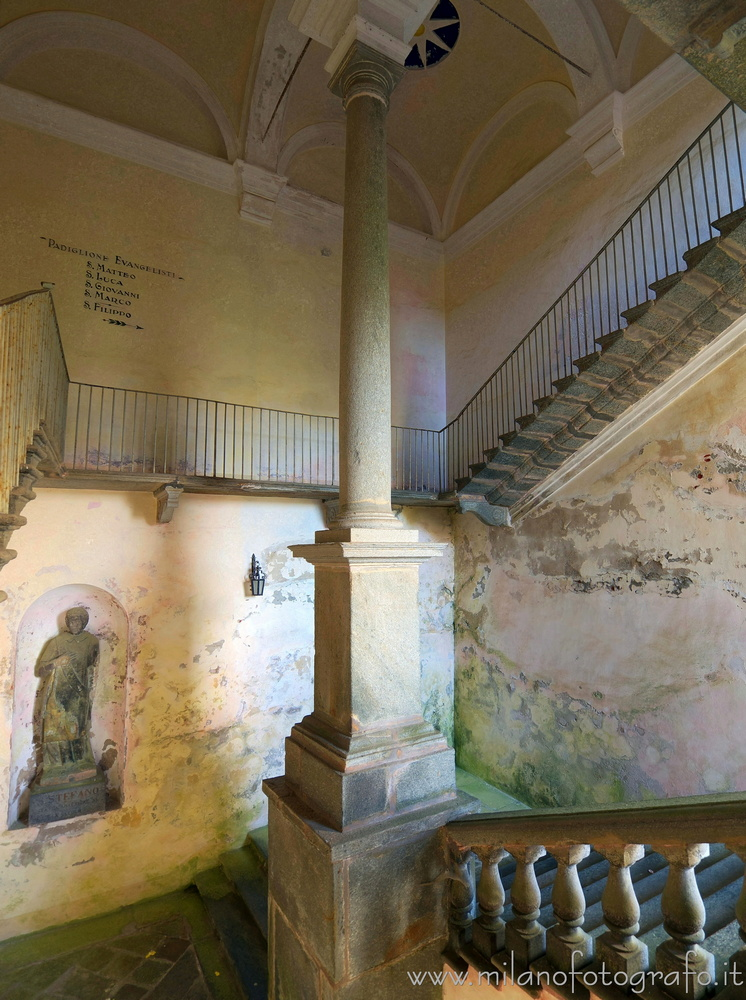 Oropa (Biella, Italy): Stairway in the upper courtyard of the sanctuary with the mysterious statue of Saint Stephen - Oropa (Biella, Italy)